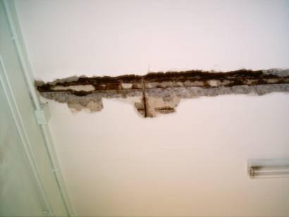 Las grietas del techo del colegio Macarena